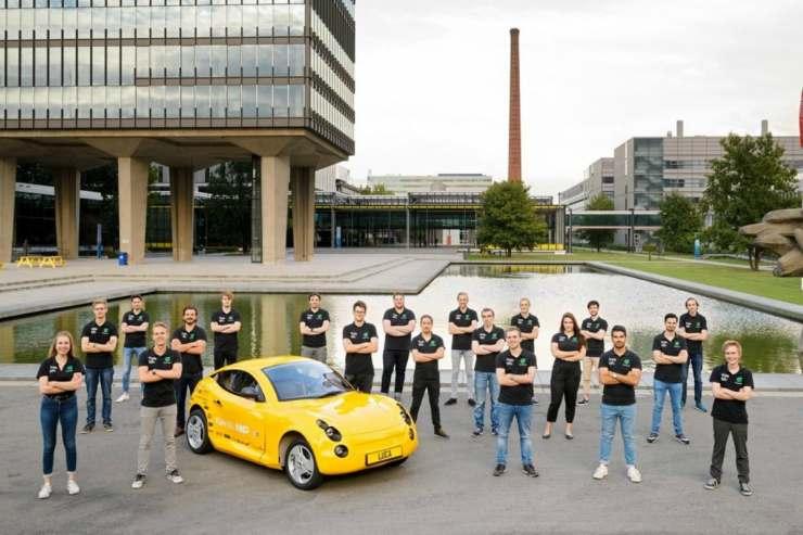 Luca auto deportivo hecho de cascara de banana y plastico