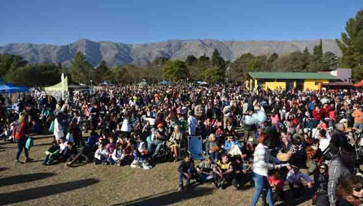 Una multitud llegó a la pequeña localidad de La Población para ver el eclipse de sol (ElDoce.TV)