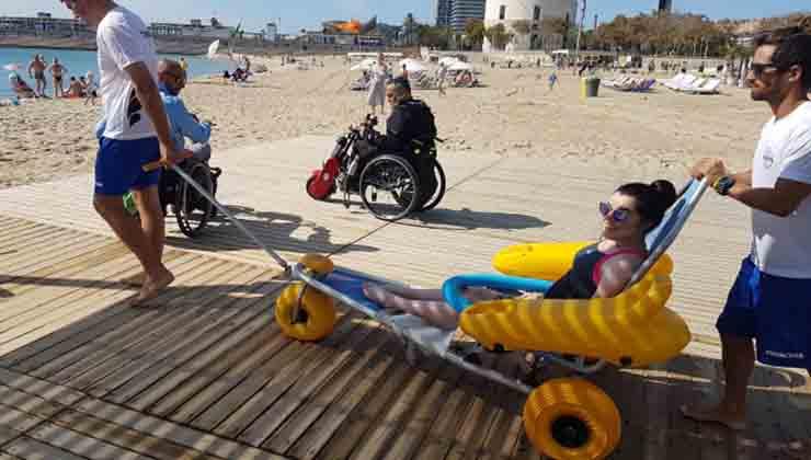 En Barcelona se puede acceder a playas en sillas de ruedas especiales (Visit Barcelona)