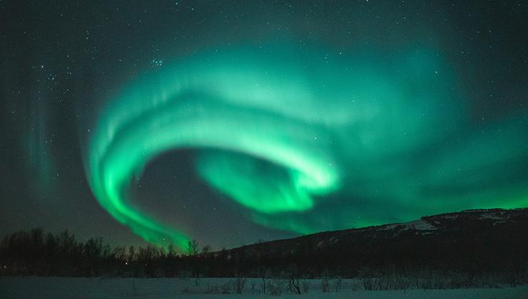 Las auroras boreales destellan más allá del Circulo Polar Ártico (Foto de Tobias Bjørkli - Pexels)