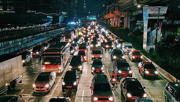 La alta circulación de automóviles está relacionada a la contaminación del aire (Foto de Mikechie Esparagoza - Pexels).