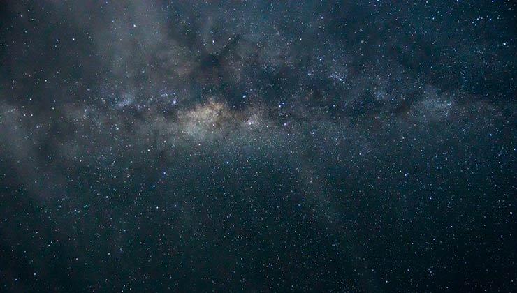 La contaminación lumínica nos roba estrellas del cielo (Foto de Sheena Wood en Pexels).