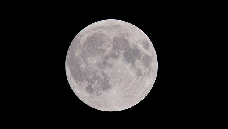 Cuando hay luna llena se ven menos estrellas (Foto de Peter de Vink - Pexels).