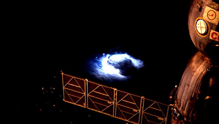 Así se ve una tormenta desde el Espacio. Desde la nubes salen los chorros azules (Foto de la Agencia Espacial Europea).
