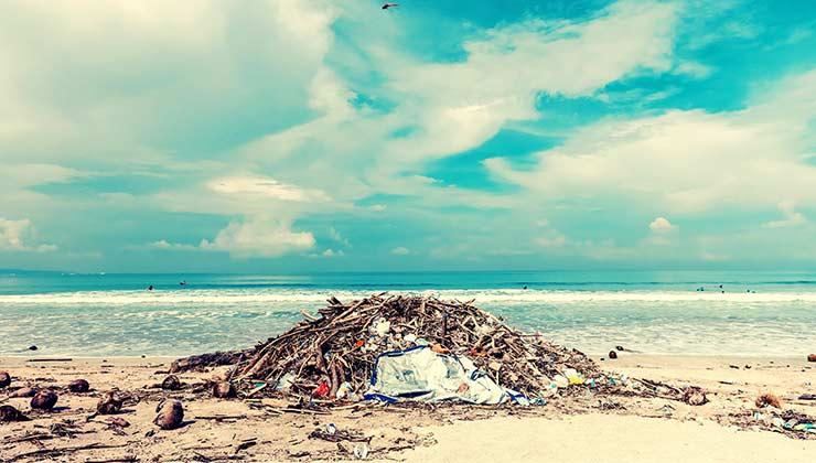 La basura en la playa afecta a la naturaleza y los paisajes (Foto de Artem Beliaikin - Pexels).
