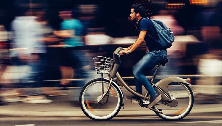 Las bicis eléctricas ganan cada vez más adeptos en las ciudades (Foto de Snapwire - Pexels).