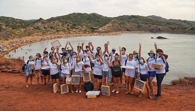 El trabajo de los voluntarios en la primer limpieza de playa de Cero plastics Menorca (Foto de Cero Plastics Menorca).