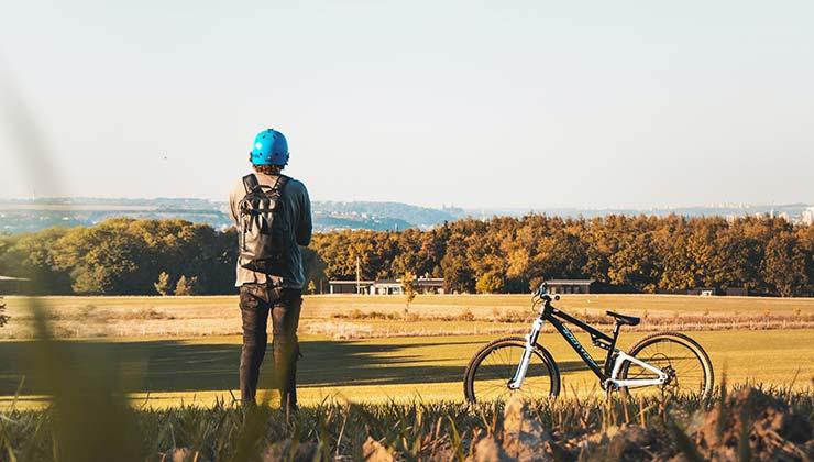Con Komoot puedes planificar recorridos y descubrir senderos (Foto de Daniel Frank - Pexels).