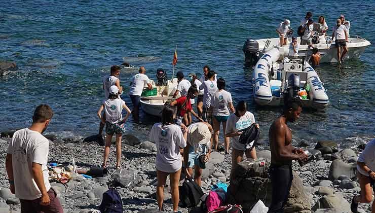 Las tareas de recolección de plásticos también se hacen por mar (Foto de Cero Plastics Menorca).