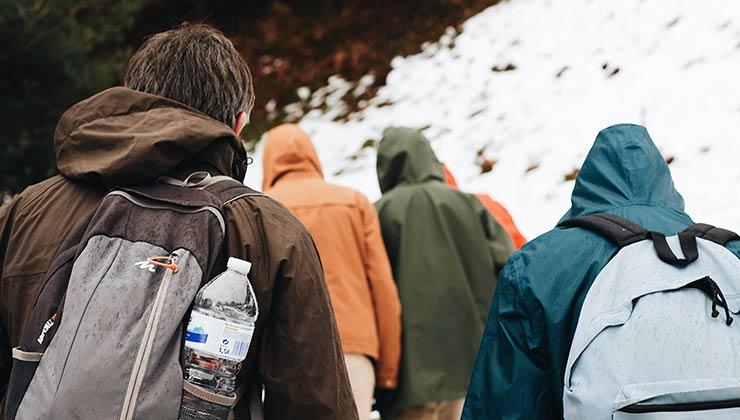 Cuando armes tu mochila para caminar en la montaña nunca de olvides de cargar agua y comida (Foto de Maël BALLAND - Pexels).