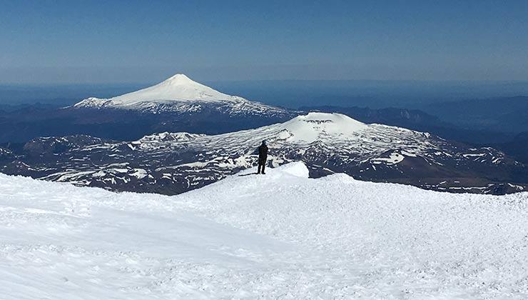En la cumbre del volcán Lanin hay un glaciar. Desde allí so observa el cráter del volcán Osorno y el cono del Villarrica (Foto de Juan Pablo Martínez).