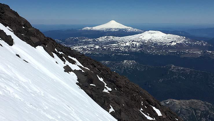 Los volcanes Osorno y Villarrica vistos desde una ladera del volcán Lanin (Foto de Juan Pablo Martínez).