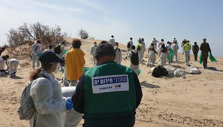 Los voluntarios tratan de limpiar las toneladas de alquitrán pegadas en las playas y animales (Foto EcoOcean).
