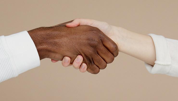 La colaboración internacional es clave para alcanzar los Objetivos de Desarrollo Sostenible (Foto de Artem Podrez - Pexels).