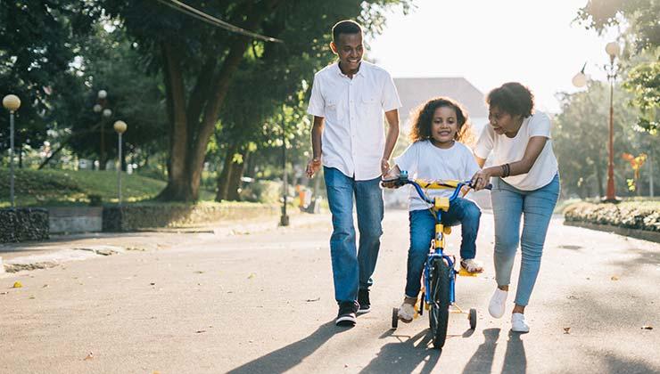Compartir actividades en familia al aire libre sirve para alejar a los niños del móvil (Foto de Agung Pandit Wiguna - Pexels).