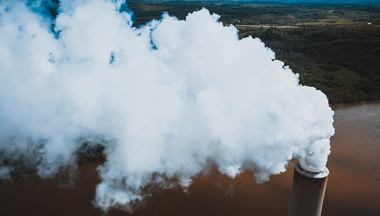 Se debe de dejar de producir energía con combustibles fósiles para dejar de emitir carbono a la atmósfera (Foto de Kelly Lacy - Pexels).