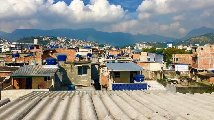 El proyecto para llenar de techos verdes las favelas de Río de Janeiro