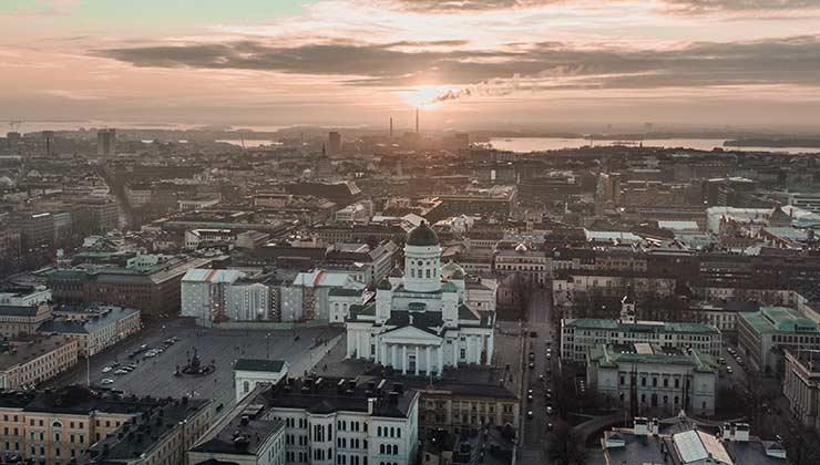 Helsinki es una ciudad destacada por su diseño, lo que ayuda a la felicidad de sus habitantes (Foto de Chris Economou - Pexels).