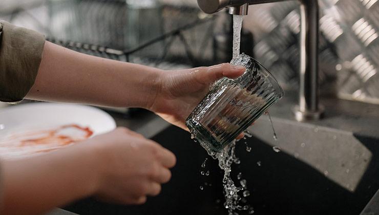 Los sistemas de alta presión evitan el derroche de agua en la cocina y los baños (Foto de Cottonbro - Pexels).