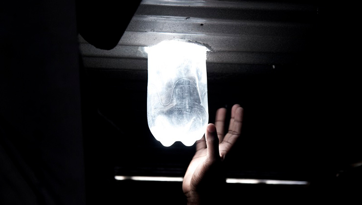El primer desarrollo de Litro de Luz consistía en disipar la luz del sol hacia dentro del hogar con agua y una botella (Foto Litros de Luz).