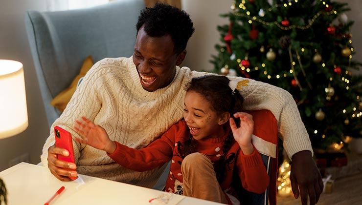 Cuando tus hijos usen el móvil comparte ese tiempo con ellos (Foto de Cottonbro - Pexels).