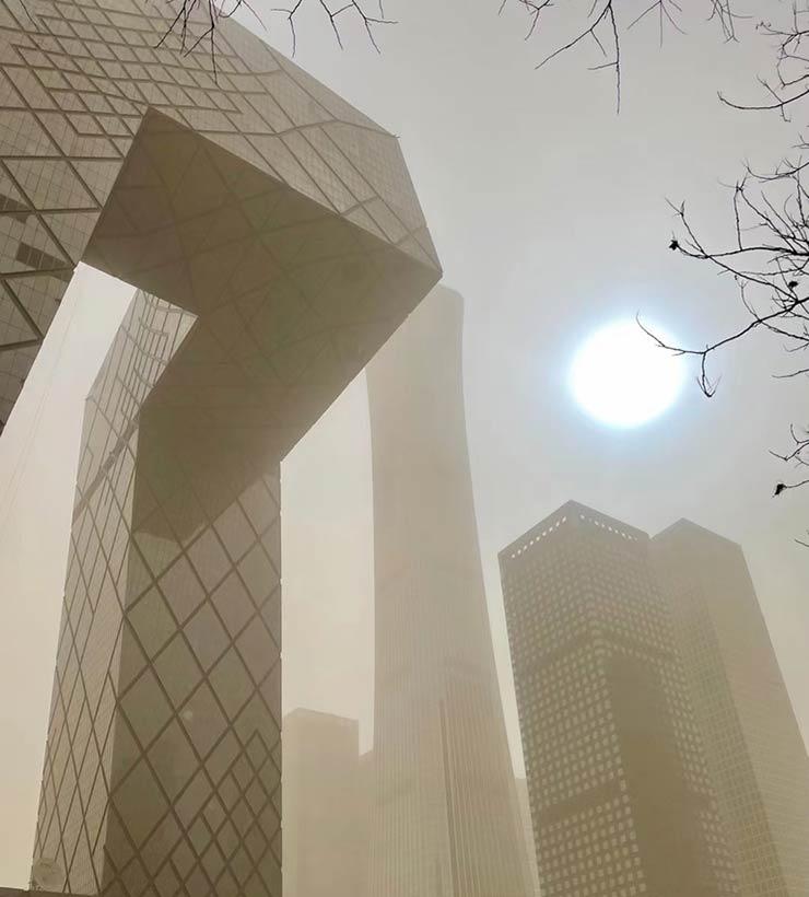 El sol azul y el cielo amarillo fue una postal que se repitió dos veces en menos de 15 días en China (Foto de @ciberpunkin - Twitter).