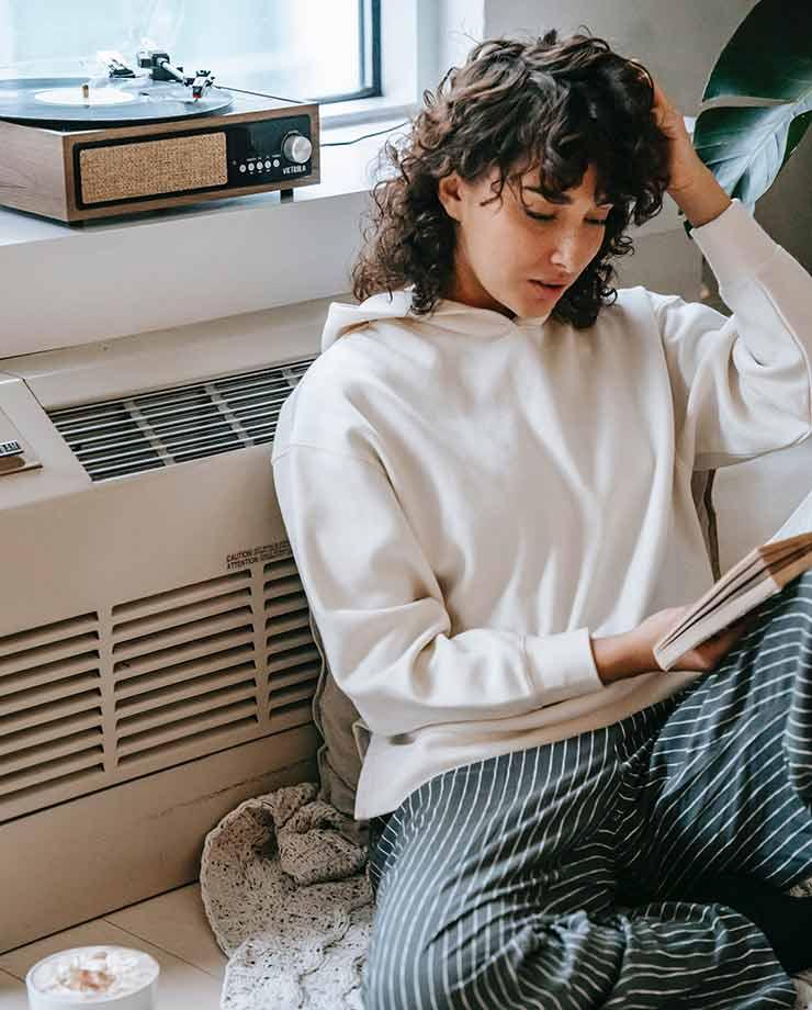 Una buena manera de hacer más eficientes los sistemas de calefacción es colocando alfombras en el hogar (Foto de Sam Lion - Pexels).