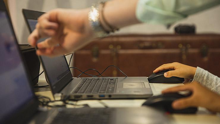 Puedes tener la computadora enchufada todo el día, pero debes limitar la carga de la batería (Foto de Ryutaro Tsukata - Pexels).