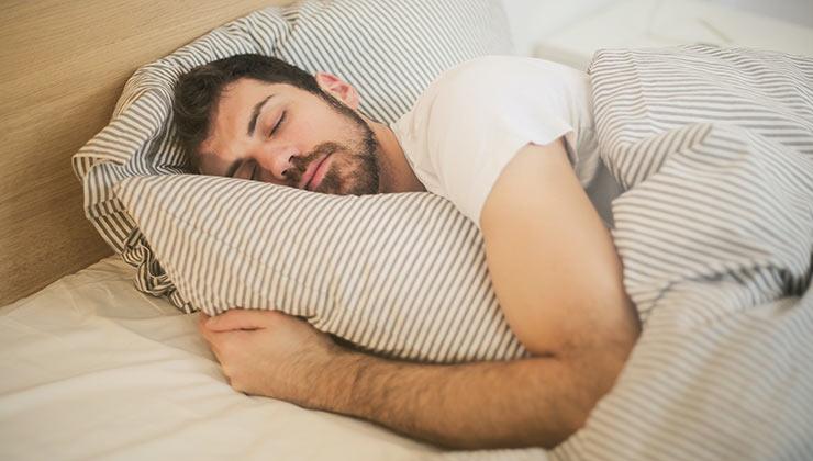 Existen aplicaciones que te pueden ayudar a relajar tu mente para dormir mejor (Foto de Andrea Piacquadio - Pexels).