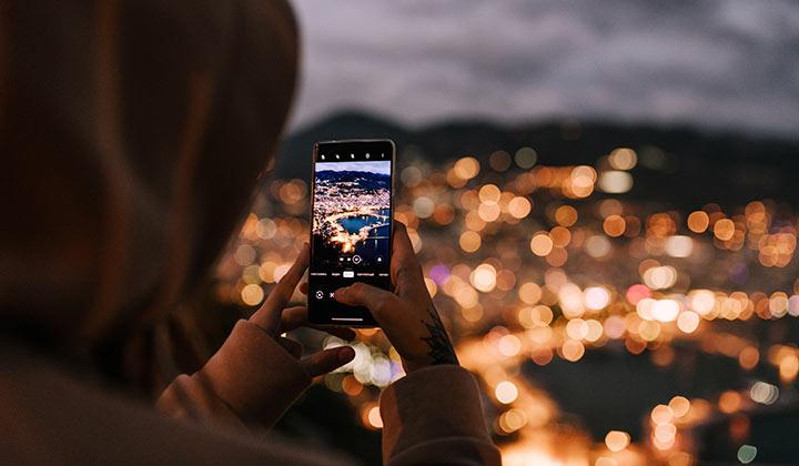 Puedes manejar los parámetros de la cámara de tu móvil de manera manual para tomar buenas fotos nocturnas o con poca luz (Foto de Julia Volk Pexels).