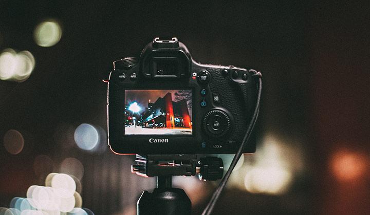 Dominar la fotografía nocturna requiere conocer al detalle el funcionamiento de tu cámara (Foto de Foto de Kaique Rocha - Pexels).