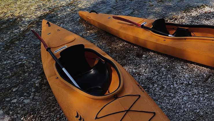 El cockpit del kayak cerrado cubre el cuerpo del palista de la cintura para bajo (Foto de Maksim Goncharenok - Pexels).