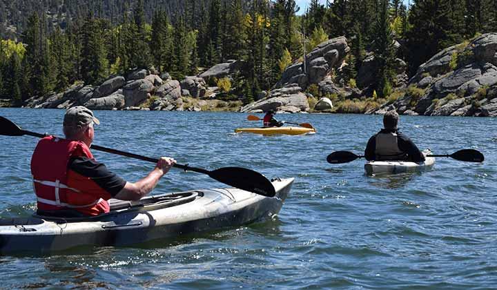 Hay muchas opciones kayaks. Debes elegir de acuerdo a tu bolsillo, espacio en tu casa e interés (Foto de Foto de Spencer Gurley - Pexels).