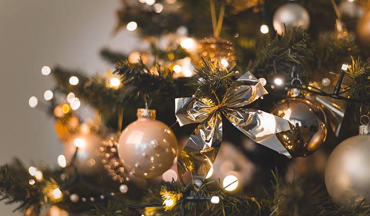 Con un enchufe inteligente hasta podrías programar el encendido de tu árbol de Navidad (Foto de Oleg Magni - Pexels).