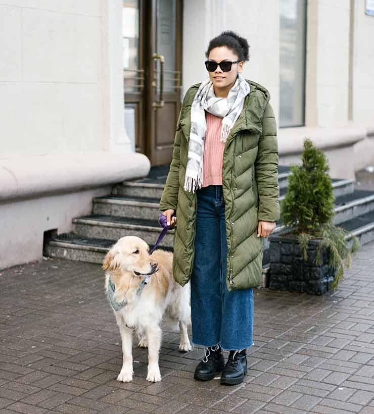 Un perro guía tiene la misión de ayudar a su dueño no vidente a moverse libremente (Foto de Mikahil Nilov - Pexels).