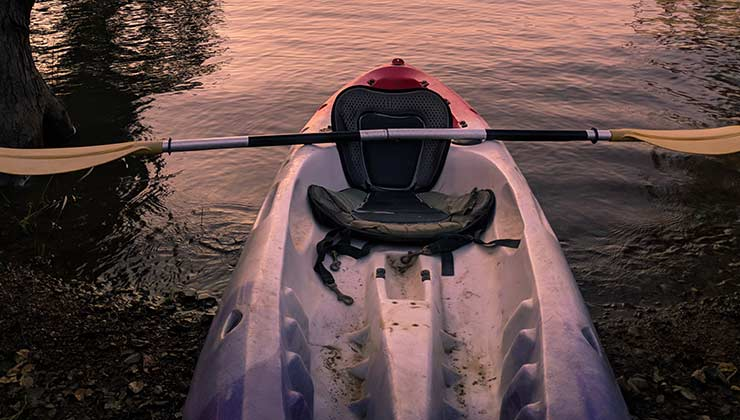 Un típico modelo de kayak sit on top con su silla y su remo (Foto de Sangeet Rao - Pexels).
