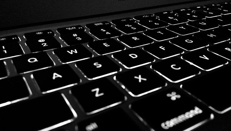 Limita el uso del teclado retroiluminado para cuando la computadora esté enchufada (Foto de Hitarth Jadhav - Pexels).