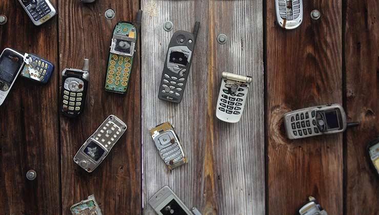 Los teléfonos viejos tienen componentes muy valiosos que pueden ser reutilizados (Foto de Pixabay - Pexels).