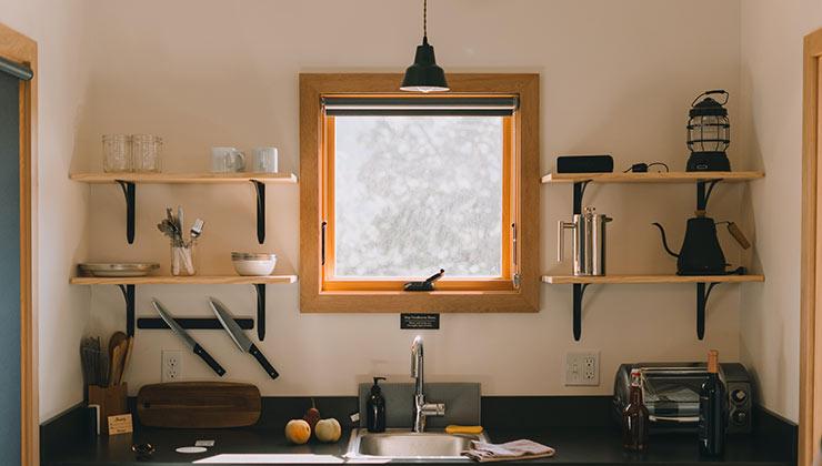 Las ventanas batientes son más eficientes para aislar de sonidos porque cierran a presión de manera hermética (María Orlova - Pexels).