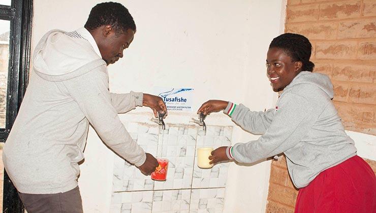 Tusafishe lleva su sistema de agua potable de las escuelas a las familias de los alumnos (Foto: Tusafishe).