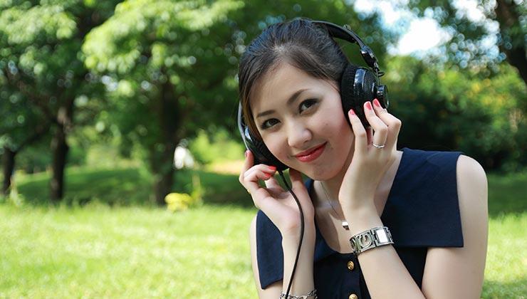 Utilizar auriculares circumaurales nos ayuda a cuidar nuestra salud auditiva (Foto: Pixabay - Pexels).