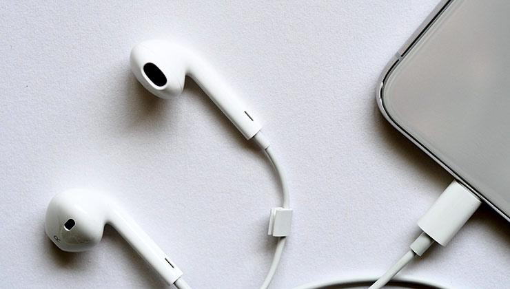 Los auriculares intraurales nos obligan a escuchar a volúmenes altos porque no son buenos para aislar sonidos del entorno (Foto: Jess Bailey - Pexels).