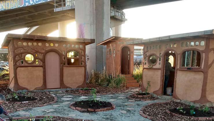 Las casas de adobe de Cob on wood son una gran ayuda para las personas sin techo (Foto Cob on Wood - Facebook).