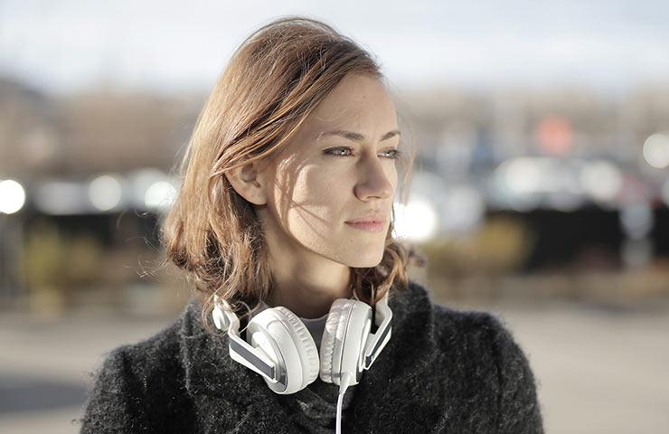 Tomar descansos auditivos de unos minutos ayuda mejorar nuestra salud auditiva (Foto: Andrea Piacquadio - Pexels).