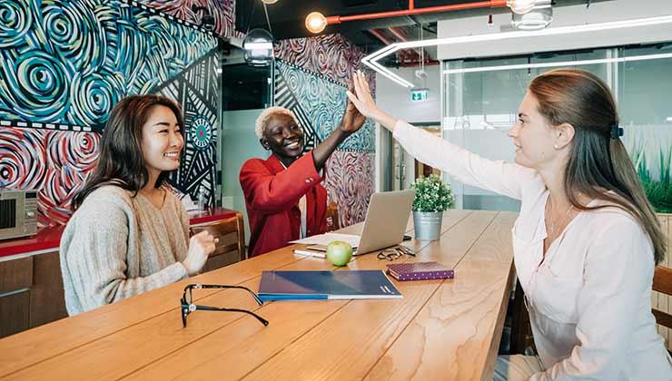 Las empresas B piensan su modelo productivo pensando en el desarrollo de sus colaboradores y de la comunidad en la que están insertas (Foto de Alexander Suhorucob - Pexels).