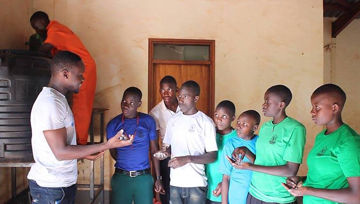Tusafishe prepara a alumnos de escuelas en el funcionamiento y mantenimiento de los filtros para agua potable (Foto: Tusafishe).