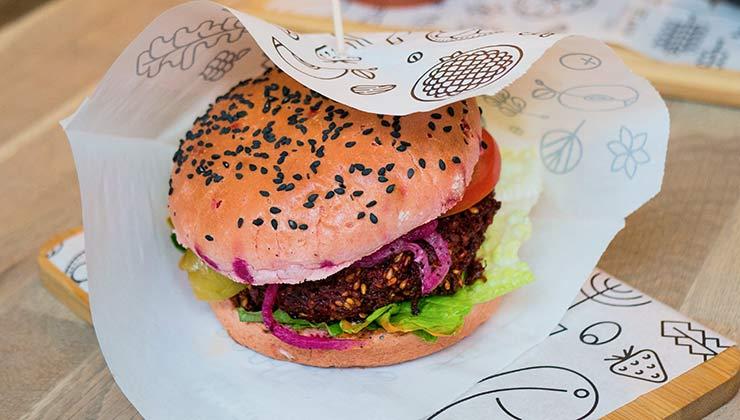 En el Día de la Hamburguesa te proponemos optar por opciones vegetarianas y saludables (Foto de Grooveland Designs - Pexels).