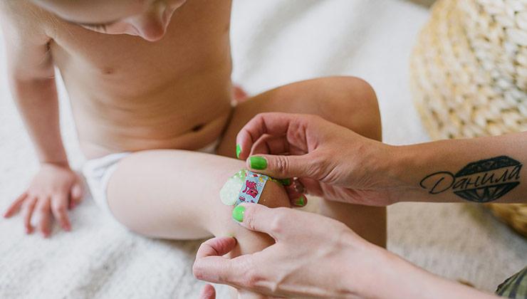 Un pequeño que se rasca mucho puede lastimarse. Este desarrollo ayuda también a hacer un seguimiento de la enfermedad (Foto de Ksenya Chernaya - Pexels).