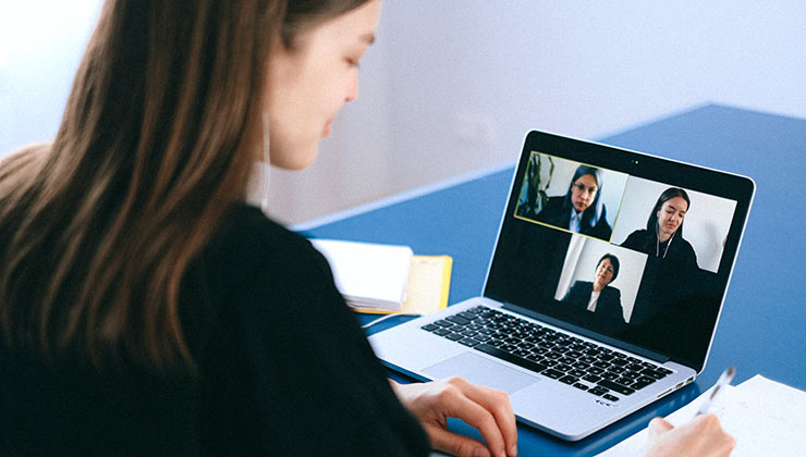 Las reuniones virtuales crecieron en cantidad pero son más cortas que los encuentros presenciales (Foto de Ana Schvets - Pexels).