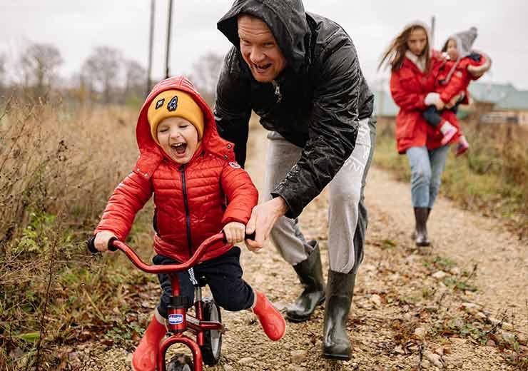 Andar en bicicleta también representa la posibilidad de jugar y volver a sentirnos como niños (Foto: Yan Krukov - Pexels).